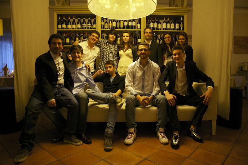 Gruppo di studenti Afol Meda sul divanoXmanagua