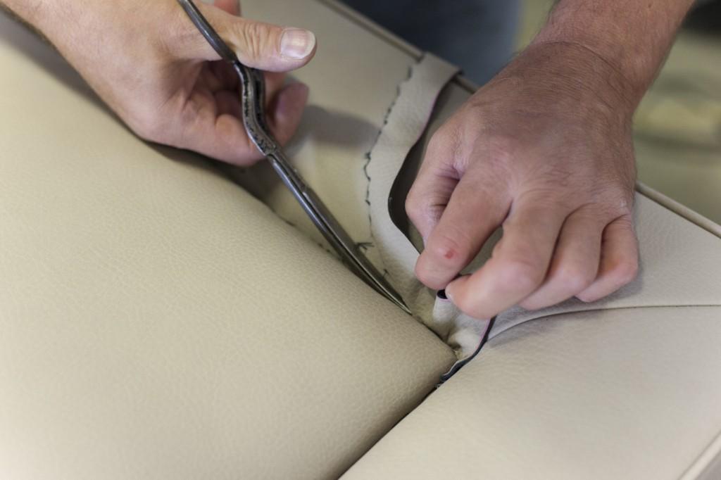 Mani artigiane al laboratorio Berto Salotti di Meda, Brianza