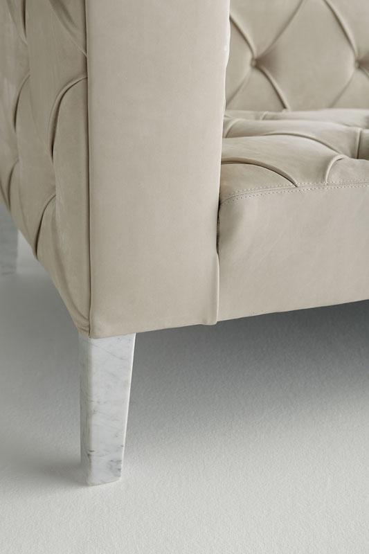 divano-moderno-divanoxmanagua-con-piedidi-in-marmo