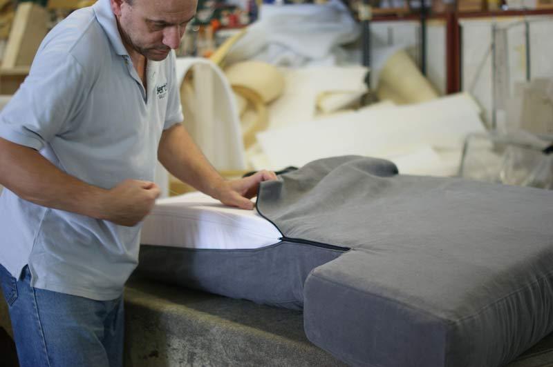Revestimiento de los almohadones realizado por el tapicero - Tapiceros de sofas en logrono ...