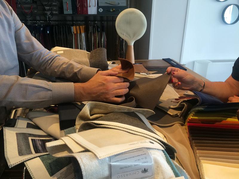 Tina Manis sul tavolo della Tappezzeria Sartoriale BertO