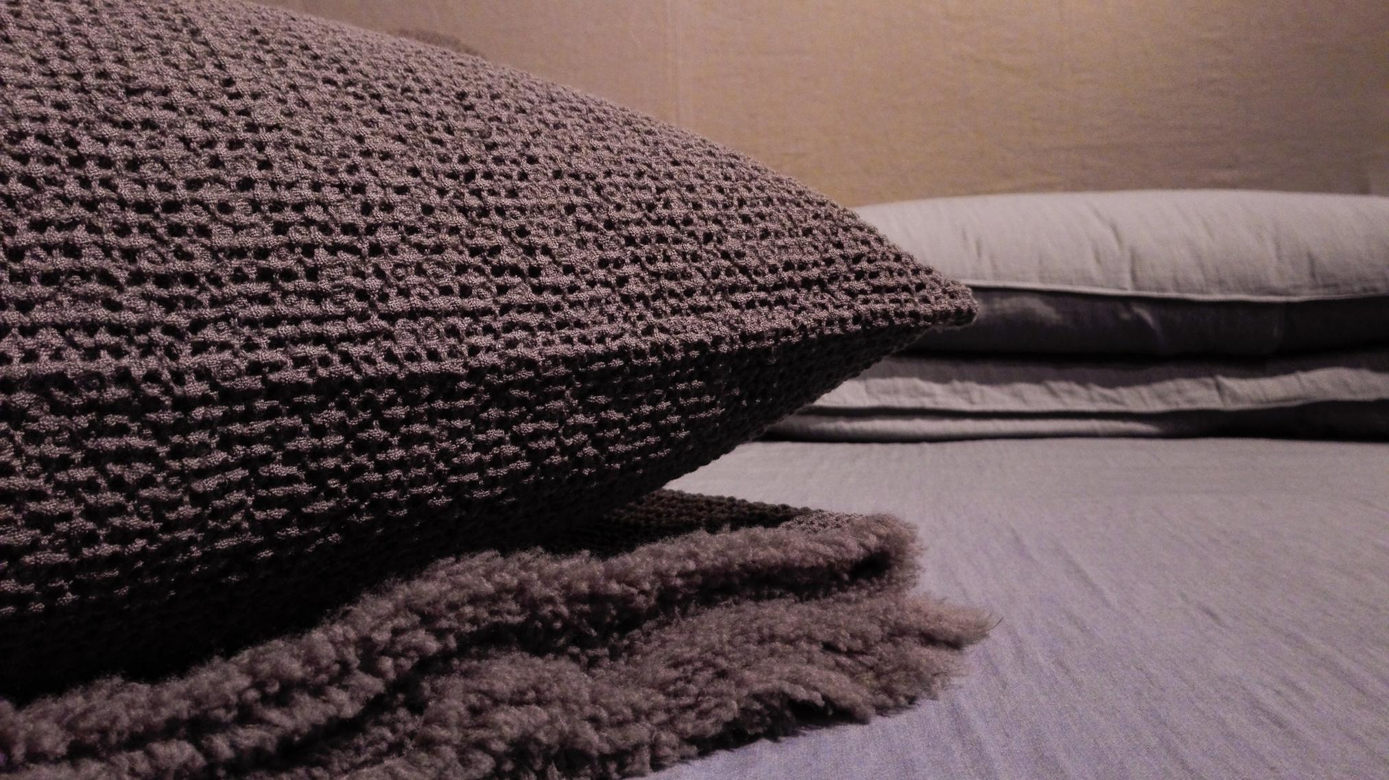 Cuscinetti in lana e plaid per il letto Society
