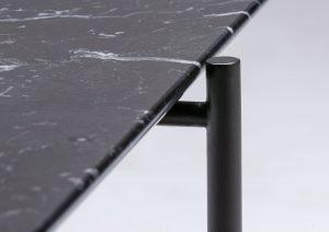 Tavolino Riff in marmo con gambe goffrate a polvere nere