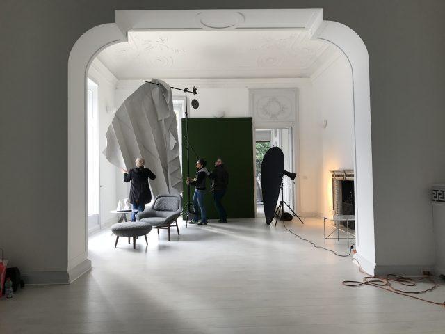 Poltrona Hanna e pouf poggia piedi in tessuto rotondo backstage nuova collezione BertO
