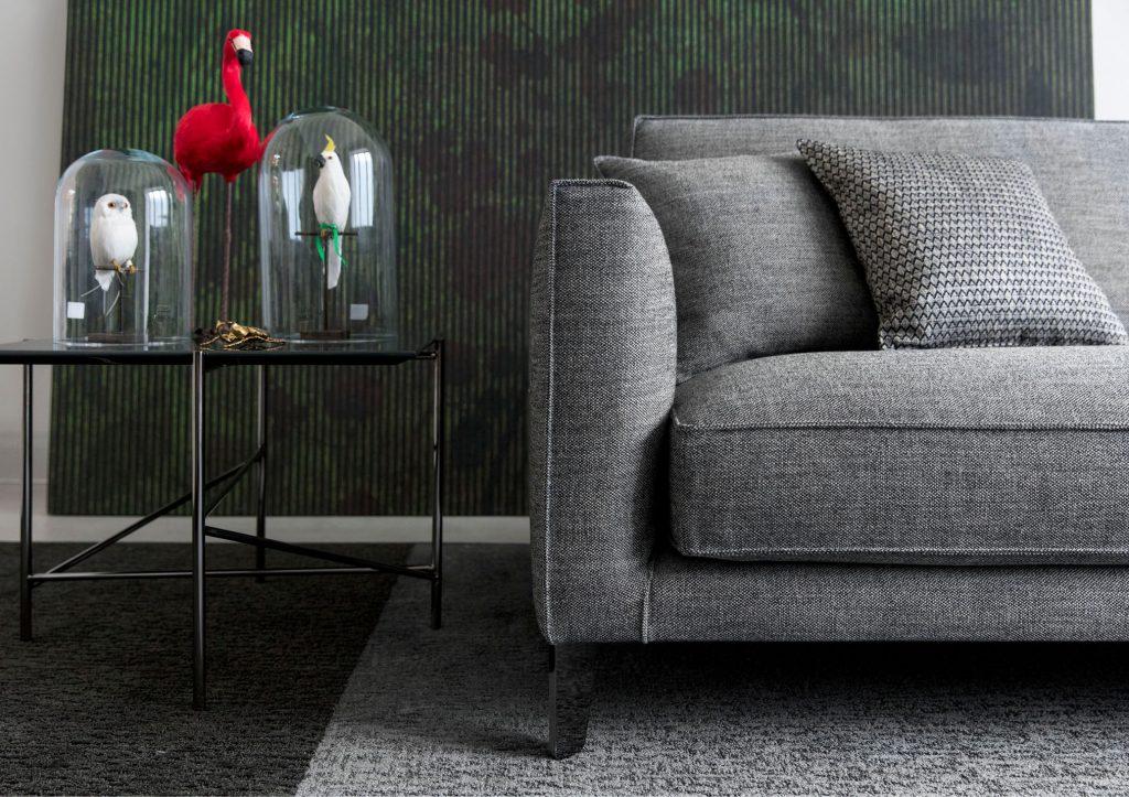 Bracciolo e piedini del divano in tessuto su misura Time Break