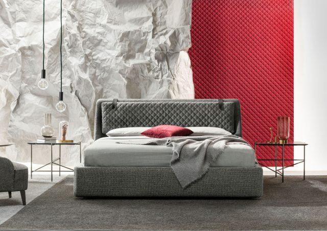 Letto Chelsea con contenitore ambientato in stanza da letto con comodini e parete decorativa