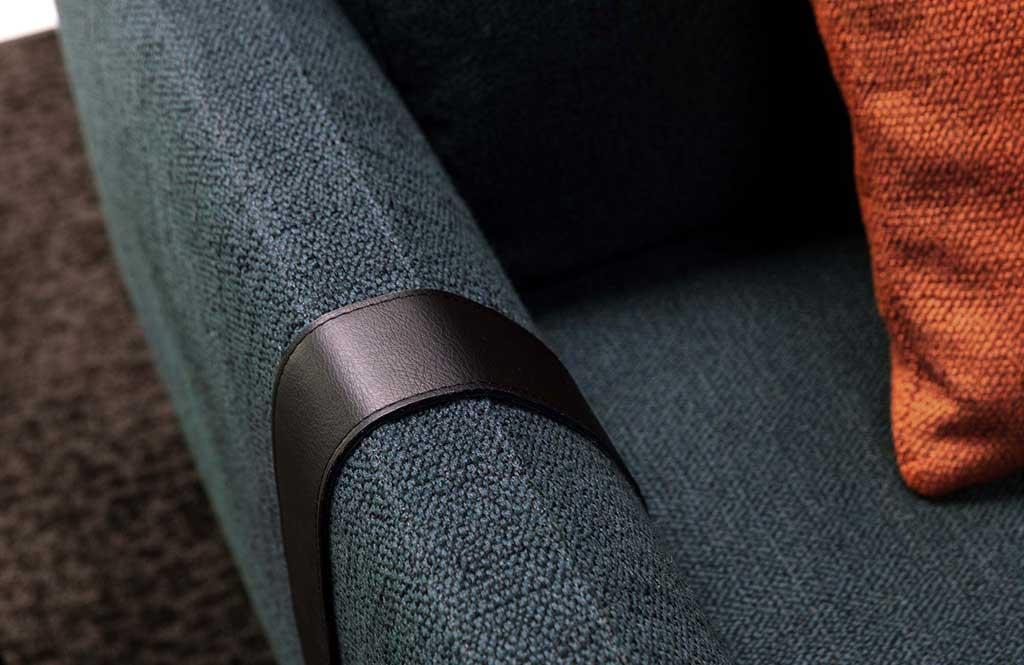 La cinghia decorativa in pelle del divano Dee Dee di Berto è stato pubblicato su Living del Corriere della Sera