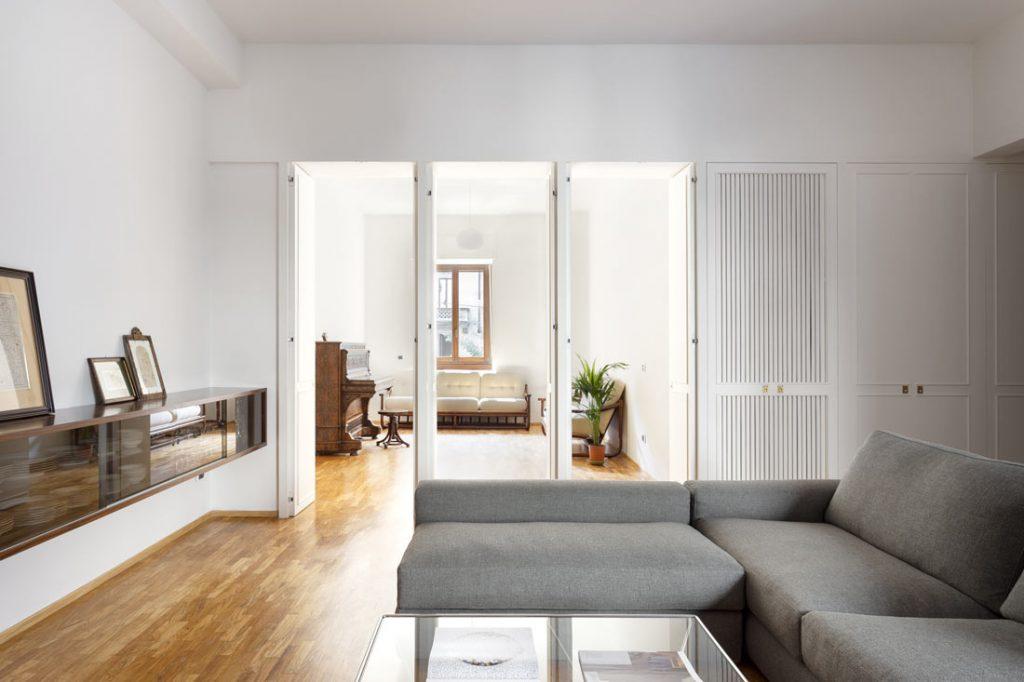 progetto casa anni 70 casati buonsante architects con divano componibile joey di berto