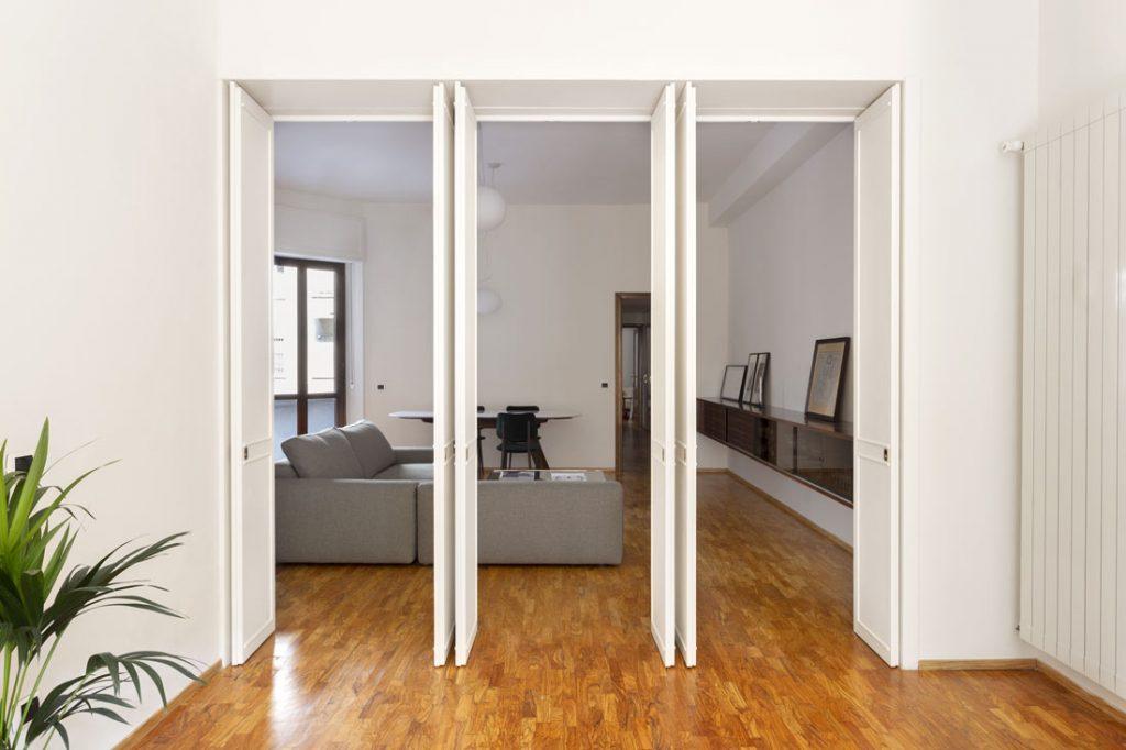 progetto casa anni 70 casati buonsante architects con divano joey di berto e tavolo ring piano in marmo