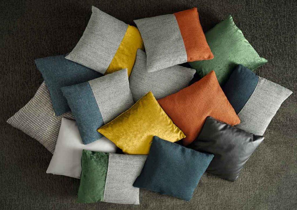 Collezione di cuscini decorativi per divano