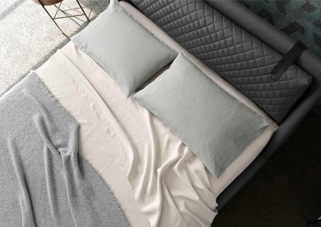 Abbinamento lenzuola in lino 100% Stone Washed John e letto Chelsea in pelle grigia
