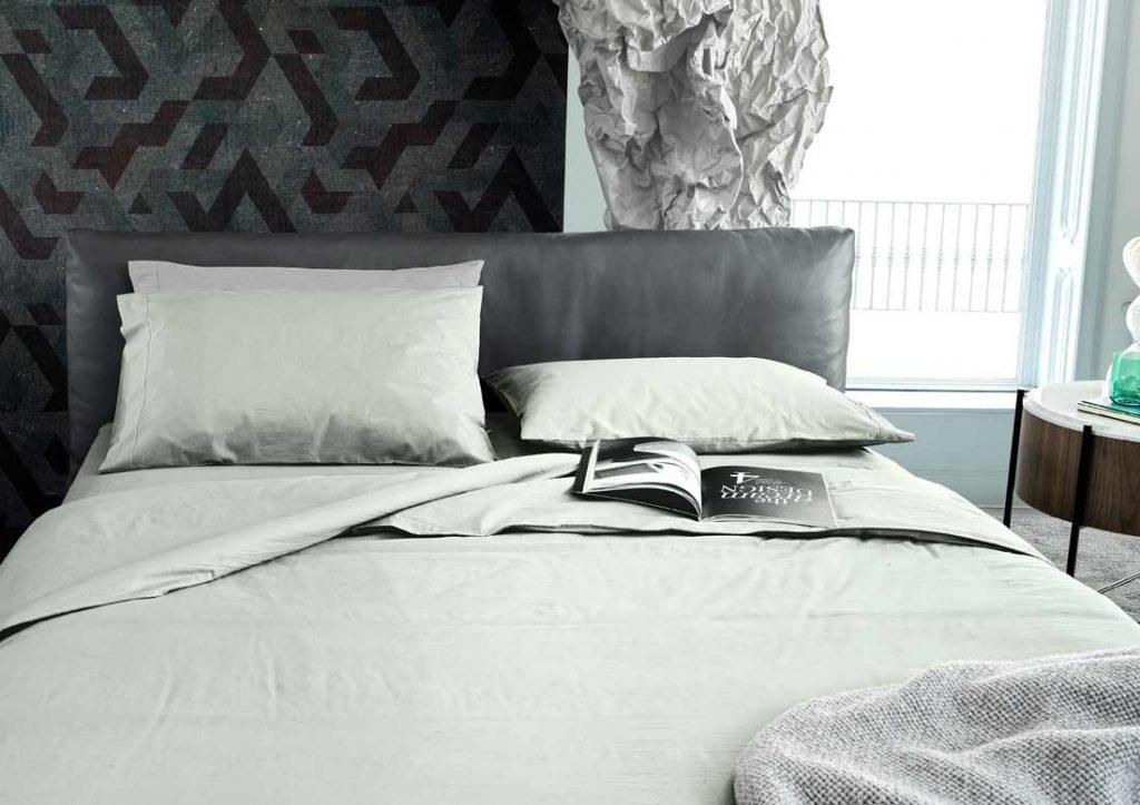 Abbinamento lenzuola in cotone 100% Stone Washed Yoko verdi e letto Soho in pelle grigia