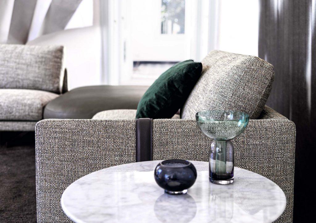 Dettaglio bracciolo divano componibile Dee Dee con pouf Rockaway e tavolino Circus in marmo Carrara