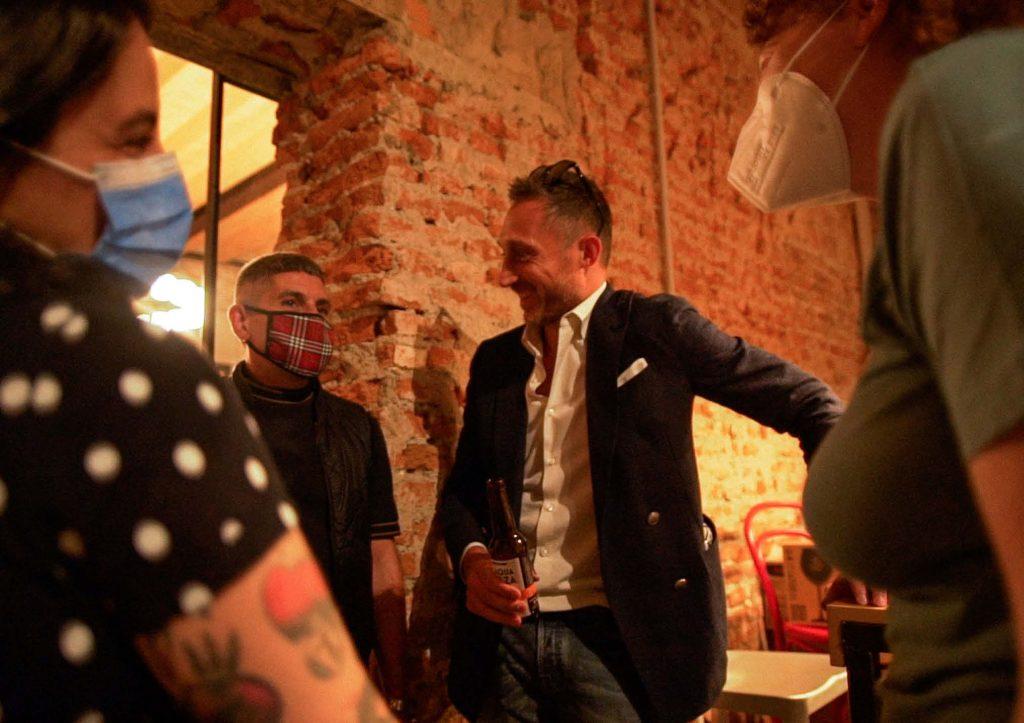 Filippo Berto chiacchere con i clienti in BertO Studio @ LOM
