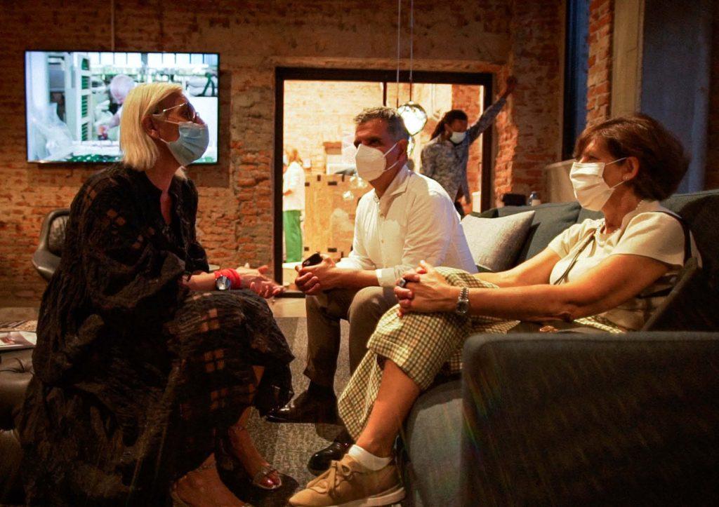 Laura chiacchere con i clienti - Inaugurazione BertO Studio @ LOM